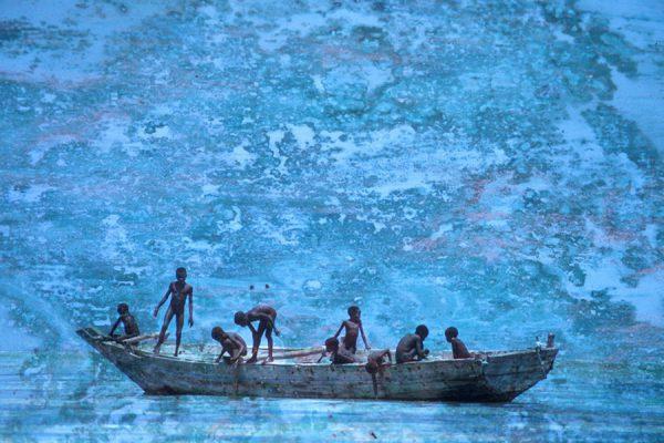 Enfants sur barque pêcheur