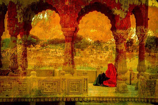 Femme en rouge sous les arcades d'un palais