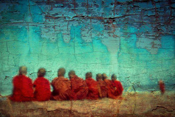 Enfants boudhistes sur fond turquoise