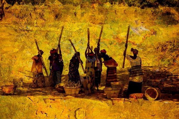 Femmes pilant le mil