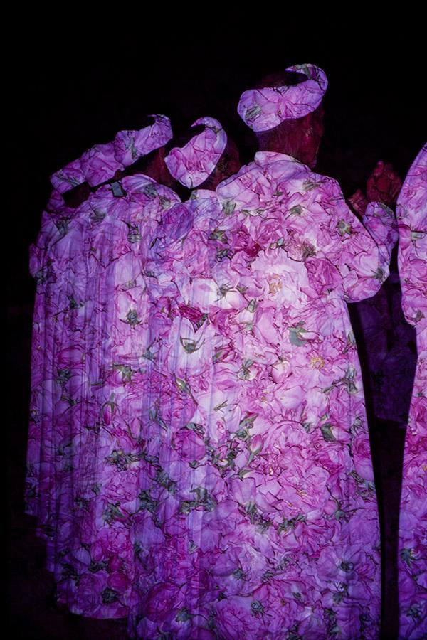 Motifs floraux sur silhouettes d'hommes