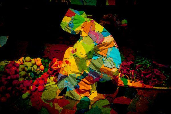 Patchwork de couleurs sur vendeuse de fruits et légumes